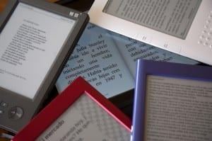 Imagen de muchos eReaders con muchos ebooks