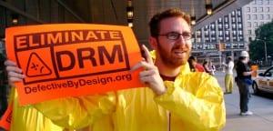 Protestante contra el DRM