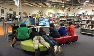 Biblioteca con videojuegos