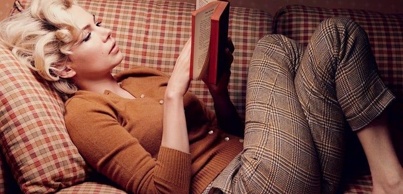 Leer en un sofá cómodo