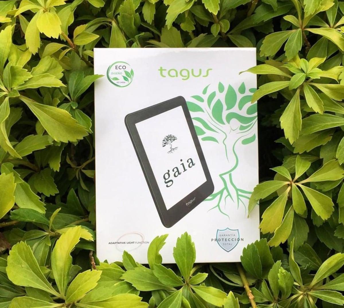 Caja del Tagus Gaia Eco+ entre varias hojas de plantas y vegetación.