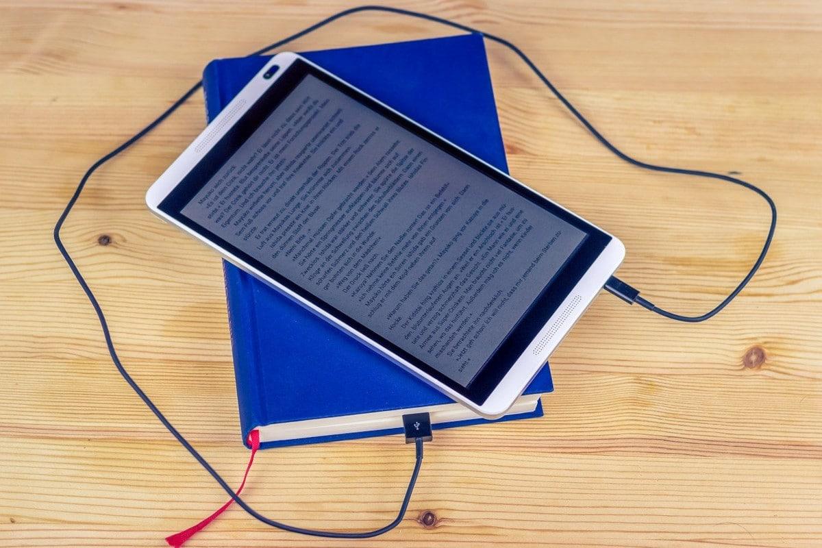 ereader conectado a un libro
